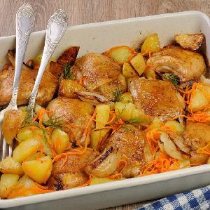 Przepyszne udka kurczaka pieczone z ziemniakami i warzywami: minimum pracy, maksimum smaku