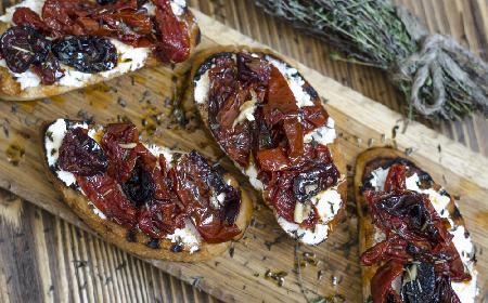 Bruschetta ze śliwkami - przepis na bruschettę na słodko
