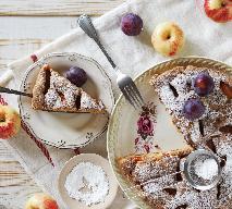 Obłędne ciasto twarogowe z jabłkami i śliwkami: każdy kęs to rozkosz dla podniebienia
