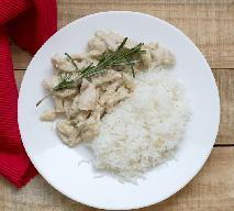 Paski z piersi kurczaka duszone z majerankiem: obfity obiad gotowy w 30 minut
