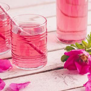 Syrop z płatków róży - tradycyjny przepis na pyszną różaną zaprawę do napojów