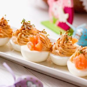 Jaja faszerowane łososiem: przepis na przekąskę