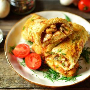 Puszysty placek omletowy z pieczarkami i pomidorami