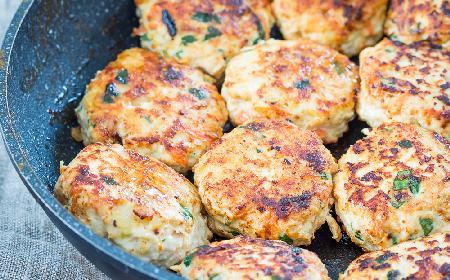 Soczyste i pyszne burgery drobiowe ze szpinakiem i serem feta