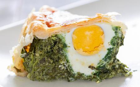 Szpinakowa tarta z jajkiem na twardo - dobry przepis na obiad dla zapracowanych
