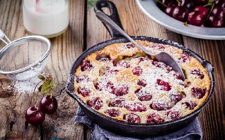 Placek z mrożonymi owocami z patelni: przepis na ciasto zabieganej Pani Domu