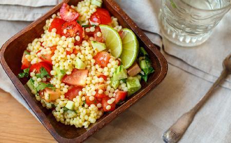 Sałatka z kuskusu i warzyw: przepis na zdrową sałatkę