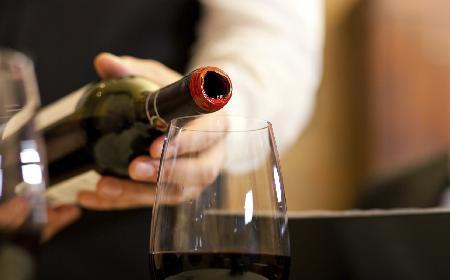 Jak otworzyć wino bez korkociągu? Co wykorzystać do otwarcia butelki wina?