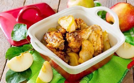 Kurczak z warzywami i słodkimi jabłkami: przepis na dietetyczne danie, które doda energii zimą