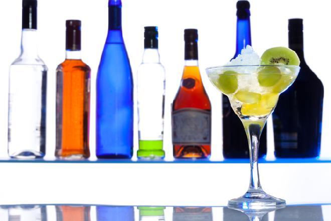 Drinki: jakie likiery warto mieć w barku?