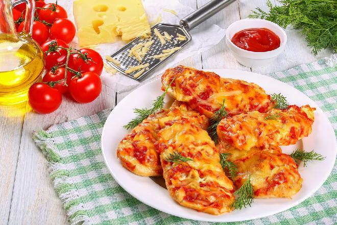 """Pierś kurczaka zapiekana z ziemniakami, pomidorem i tartym serem: przepis na kurczaka """"pod szubą"""""""