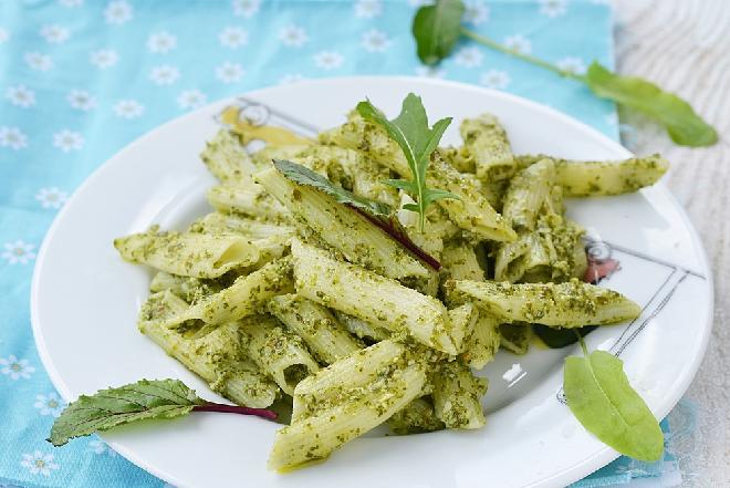 Pesto ze szczawiu do makaronu: sprytny przepis na szczawiowy sos do klusek