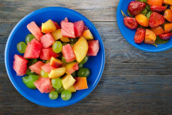 Sałatka owocowa z amaretto - powiew lata na talerzu