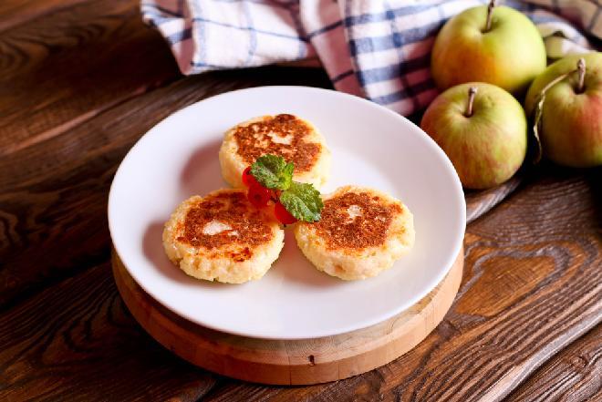 Placuszki z ryżu i twarogu na słodko z jabłkami: najlepszy przepis na letni deser