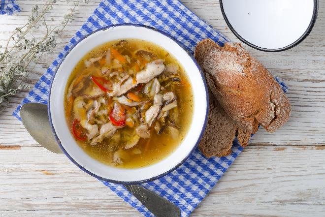 Diabelska zupa z kani czubajki: jak zrobić pikantną grzybową z kani