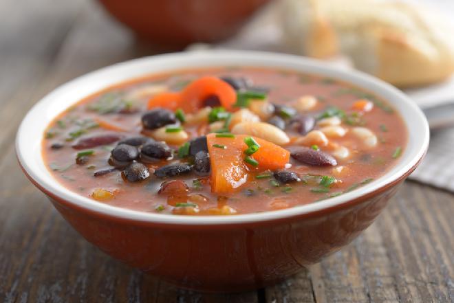 Toskańska zupa z fasoli na czerwonym winie - sycąca, niedroga i z niewielką zawartością tłuszczu