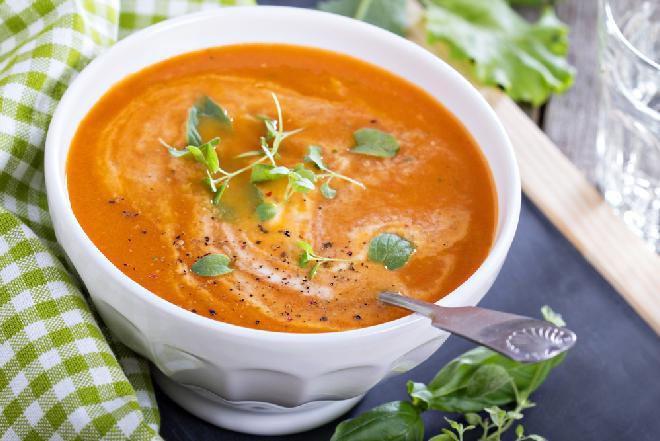 Zupa pomidorowa z mleczkiem kokosowym: pomidorówka z orientalnym akcentem