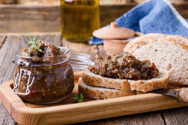 Bakłażanowa pasta z orzechami: przepis na pastę do kanapek