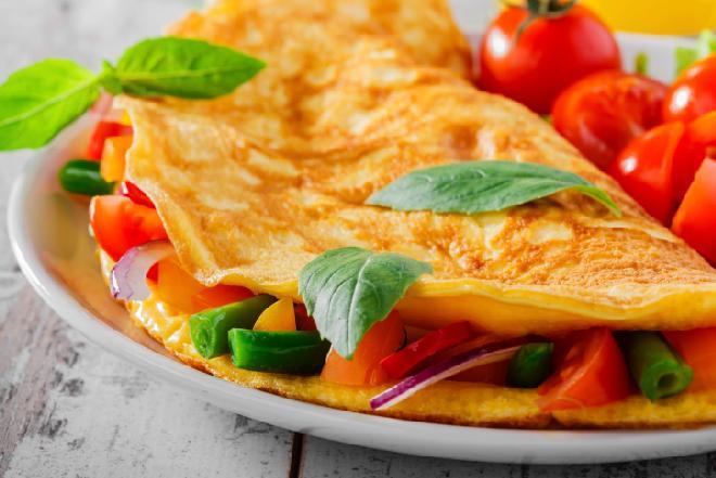 Omlet z marchewką i fasolką szparagową: przepis na pyszne śniadanie