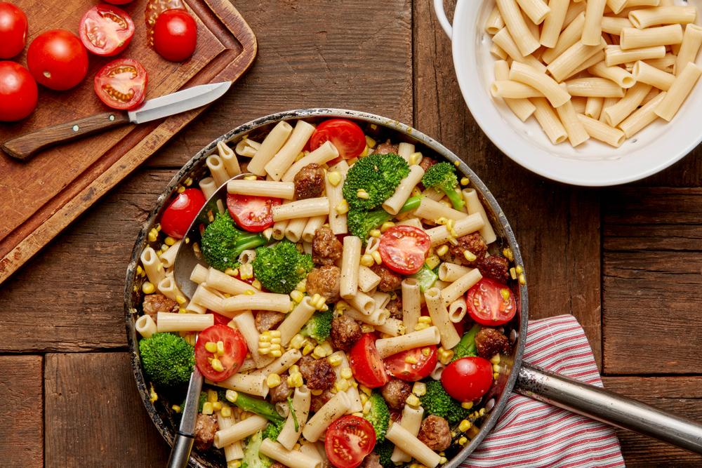 Makaron z białą kiełbasą, brokułami i pomidorami